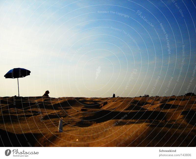 einsamer Strandtag Sand Meer Sonne Sonnenschirm Regenschirm Schirm Italien blau Wolken Erholung Himmel Haufen Hügel Aussicht Pause Ferien & Urlaub & Reisen