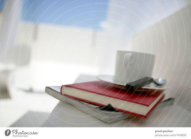 Ruhe Kaffee Tasse Löffel Erholung ruhig Dekoration & Verzierung Lounge Buch grau rot weiß Zeitschrift Backwaren red Farbfoto Innenaufnahme Studioaufnahme