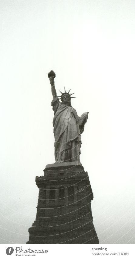FreiheitsStatue New York City USA Schwarzweißfoto Freiheitsstatue Skulptur Wahrzeichen Attraktion Sehenswürdigkeit Freisteller Textfreiraum oben Gerechtigkeit