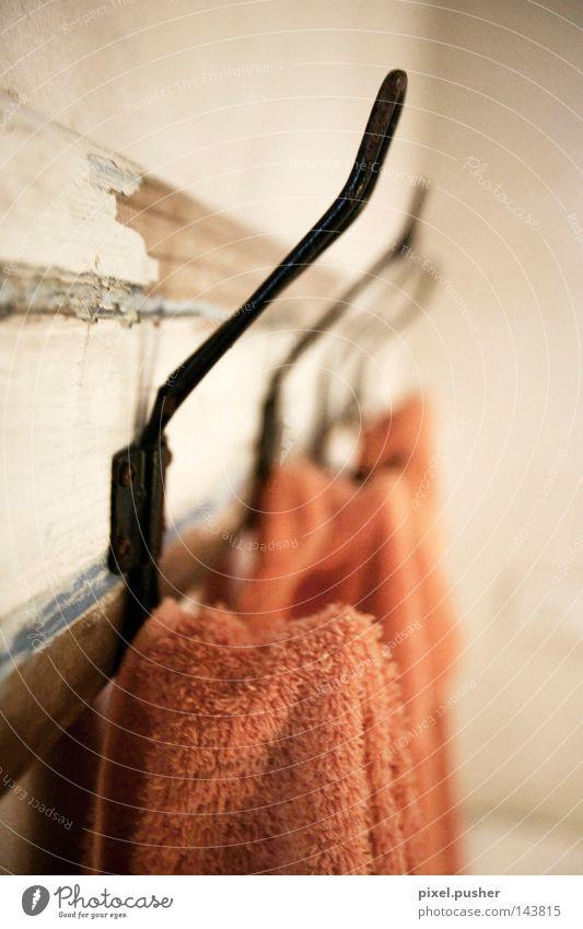 Altes Bad weiß rot Holz Bad beige Tuch Handtuch Haken Halterung