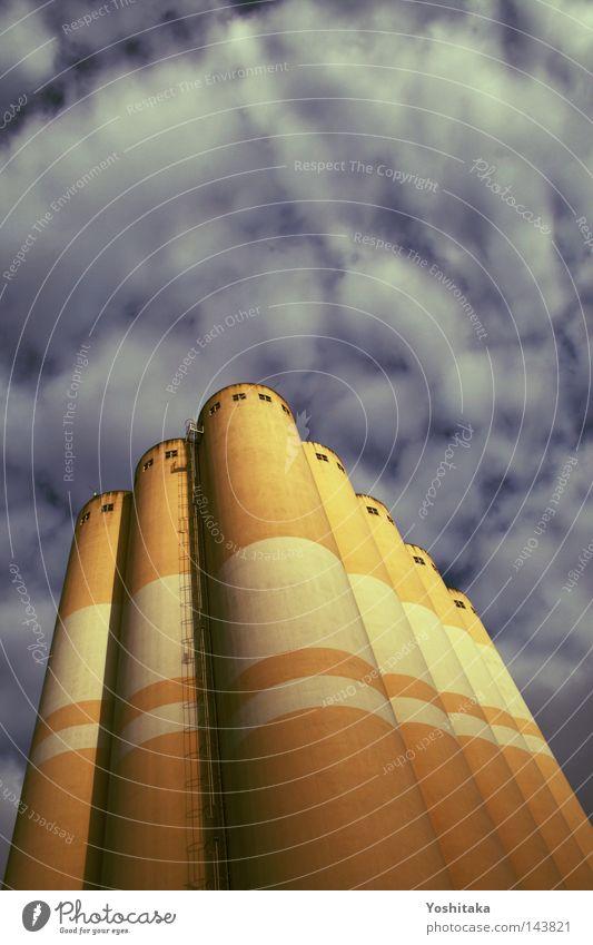 Urbane Burg Gebäude Haus Fabrik orange Himmel Wolken Wetter Leiter Fenster Streifen gestreift Niveau Flucht rund Röhren blau Dach Industrie Herbst