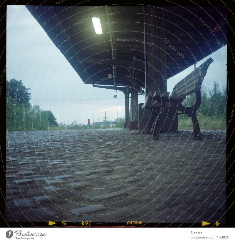 Ostkreuz 12 alt Lampe Bank Dach Station Bahnhof Kopfsteinpflaster Abenddämmerung Osten Pflastersteine S-Bahn Bahnsteig Mittelformat Friedrichshain Scan Parkbank