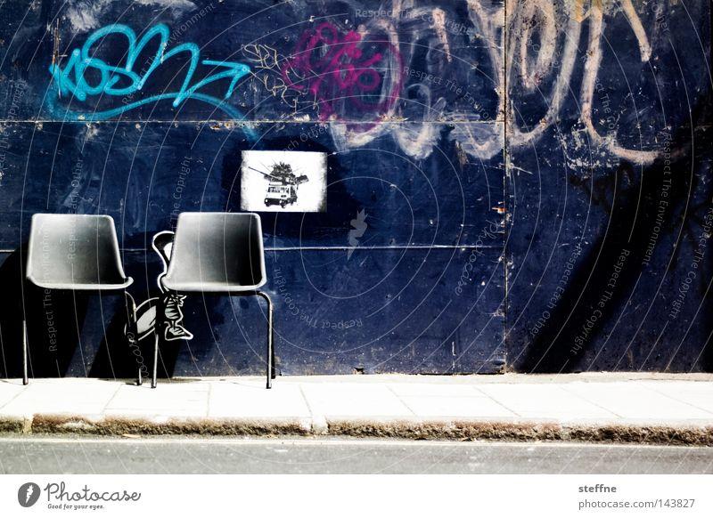 take a seat Stuhl Hocker Sitzgelegenheit Wand Straße Tor Graffiti Verkehrswege Möbel