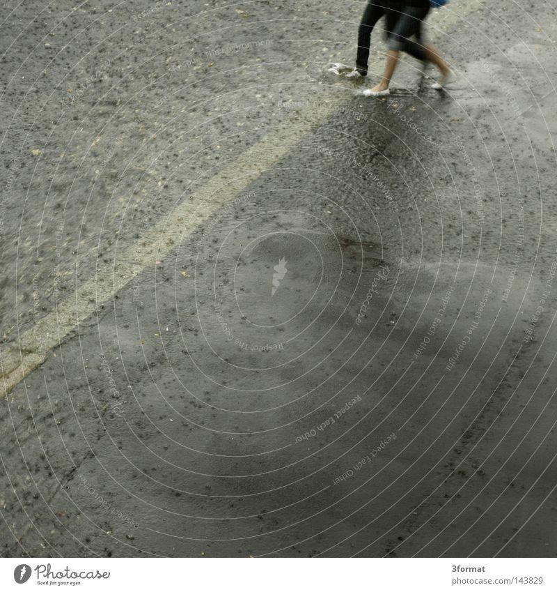 wirkung Frau Mensch Mann Stadt Straße Bewegung Wege & Pfade Linie Paar Fuß Regen 2 Wetter Zufriedenheit Schuhe Zusammensein