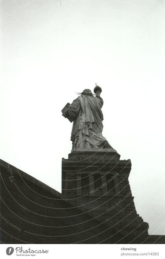 FreiheitsStatue von hinten New York City USA Schwarzweißfoto Freiheitsstatue Froschperspektive Rückansicht Freisteller Skulptur Wahrzeichen Attraktion