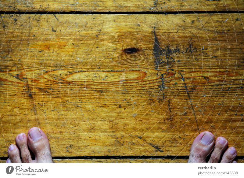 Barfuß zu Hause Fuß rechts links stehen Zehen Holz Bodenbelag Flur Holzfußboden Fuge Furche 2 einzeln mehrere Mensch Beine Häusliches Leben Vergänglichkeit