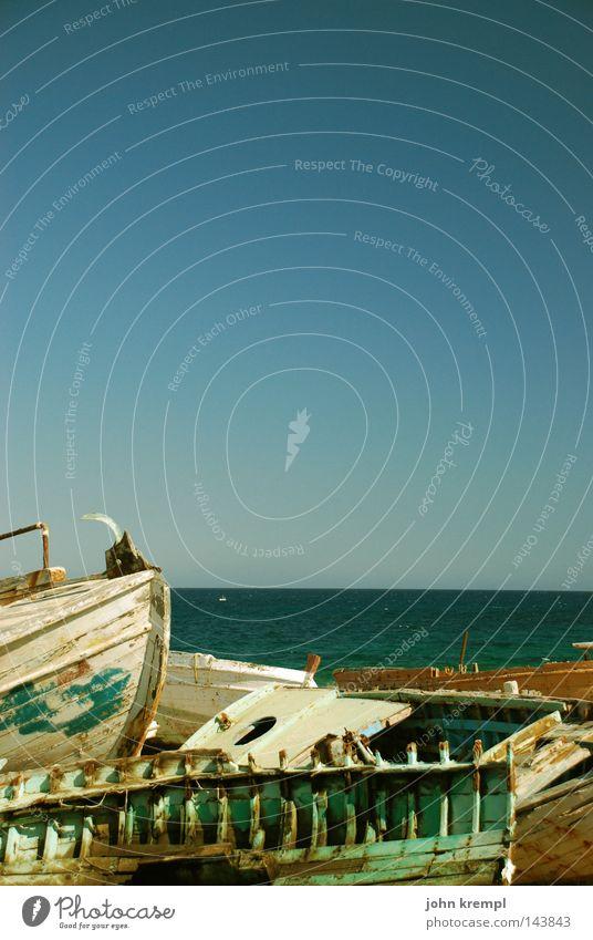 ausgebootet Wasserfahrzeug Schiffswrack Segelboot Endstation blau Farben und Lacke Meer Strand Himmel Schifffahrt Vergänglichkeit Küste schiffsfriedhof