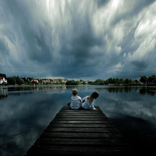 ein schöner tag Landschaft Landschaftsformen zentral Perspektive Wolken Gewitter Wetter Meteorologie Regen tief Kind Kindheit Junge Küste Seeufer Flussufer