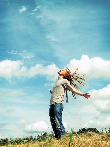 Frische Luft Wildnis grün Wiese Hügel Wolken zyan atmen luftig Mann Kerl Rastalocken rot T-Shirt Sommer sommerlich Zufriedenheit langhaarig Sonnenstrahlen