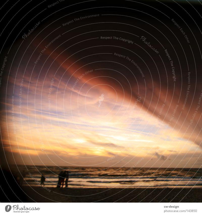 VERSUNKEN IN ERINNERUNGEN Mensch Himmel Mann Wasser Ferien & Urlaub & Reisen Sonne Meer Sommer Strand Freude Wolken ruhig Erholung Küste Freiheit See
