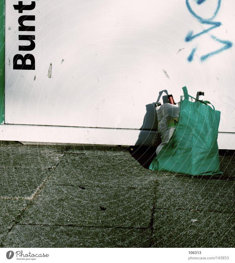 BUNT. grün weiß Graffiti Feste & Feiern Glas stehen Vergänglichkeit Müll Alkohol Feiertag Alkoholisiert Gewicht parken Recycling voll Beutel
