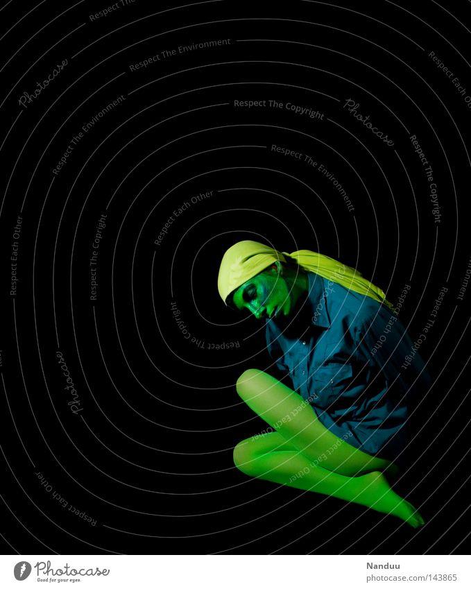 ganz leise Mensch abstrakt grün blau Alkoholisiert türkis dunkel schwarz Strumpfhose Stoff Tuch seltsam skurril ruhig Frieden träumen Trauer Tod Metamorphose