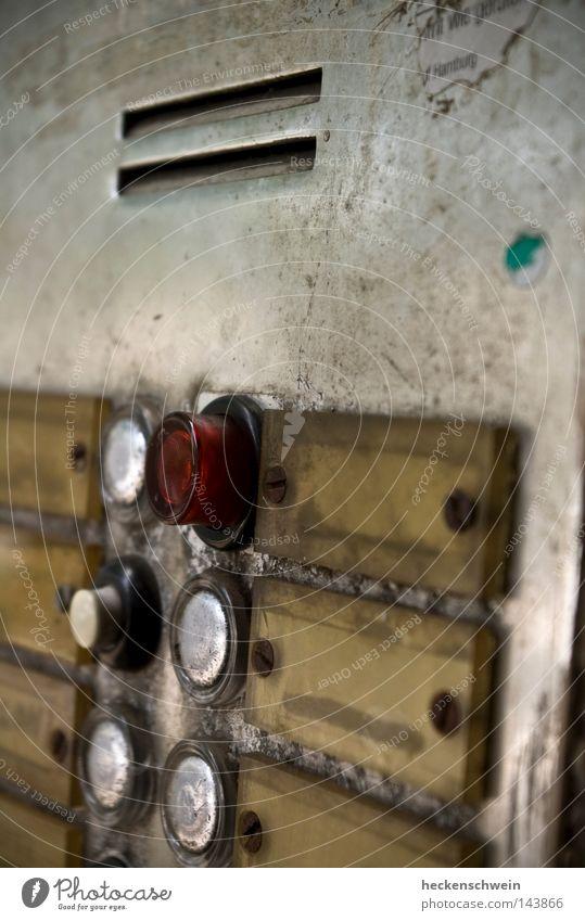 Ein Knopf für jede Tonart alt sprechen Metall Wohnung Tür Technik & Technologie Kommunizieren Telekommunikation Hinweisschild Eingang Knöpfe Klingel Schlitz Kratzer Warnschild