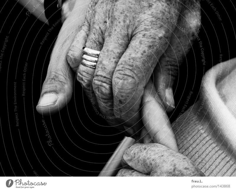 Hände Hand Mann Frau Senior alt Vertrauen vertraut Schutz festhalten Ring Falte Hautfalten trösten Mutter Kommunizieren Intimität nah Liebe Zärtlichkeiten