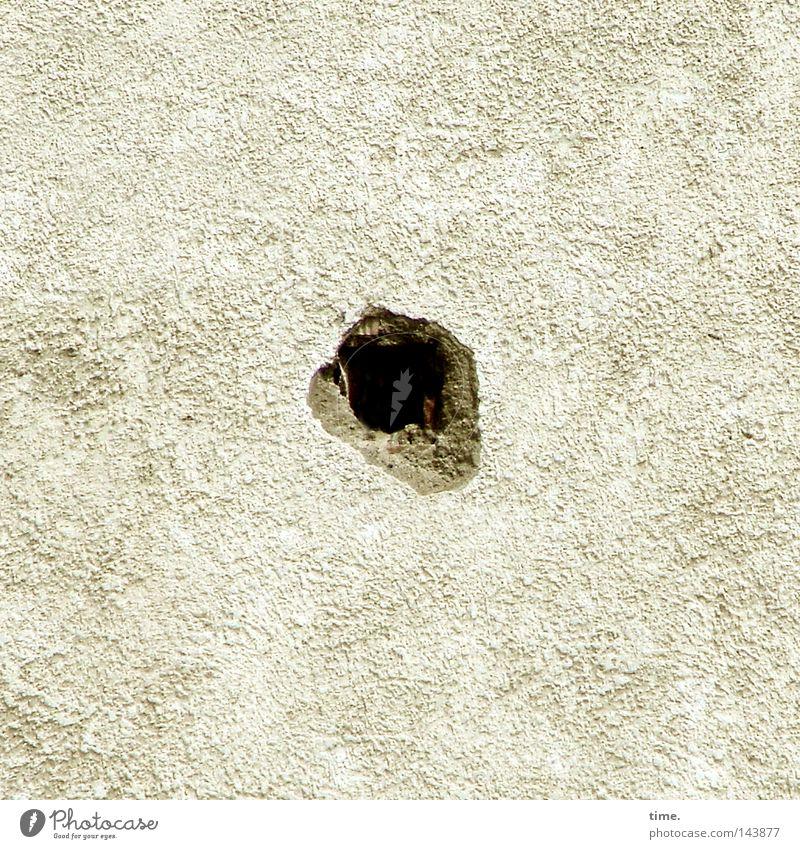 O Mauer Wand Stein Beton dunkel rund Mörtel Mitte kratzig rau Material Gemäuer bohren obskur Loch Farbfoto Gedeckte Farben Nahaufnahme Detailaufnahme