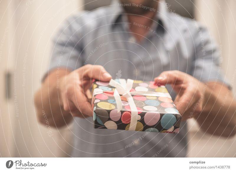 Geschenkt! Mensch Mann Weihnachten & Advent Hand Freude Erwachsene Liebe Stil Gesundheit Glück Familie & Verwandtschaft Lifestyle Feste & Feiern Paar Freundschaft maskulin
