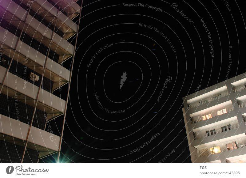Sternspuren #1 Spuren Nacht kalt Klarheit deutlich Schichtarbeit Mainz Langzeitbelichtung Belichtung Neubau violett weiß hell dunkel Kontrast Beleuchtung