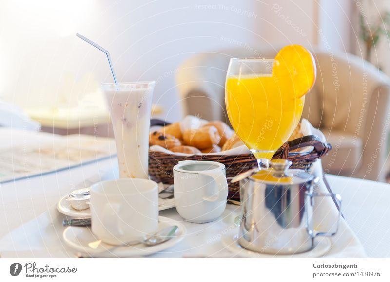 # 1438976 Milcherzeugnisse Frühstück Saft Kaffee Teller Becher Glas saftig orange Hotel Resort horizontal Farbfoto Innenaufnahme Menschenleer Morgen