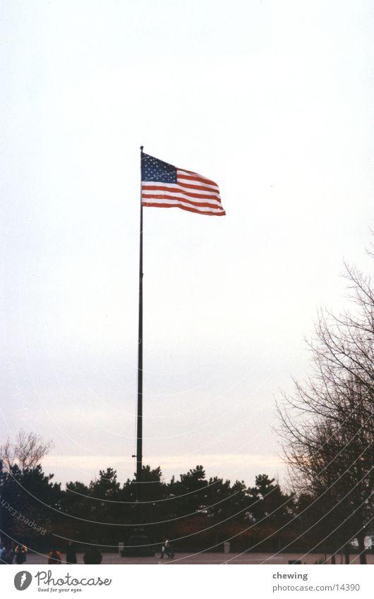 USA Flagge Wind Fahne Stars and Stripes Fahnenmast New York City wehen Manhattan Nordamerika Nationalflagge Vor hellem Hintergrund