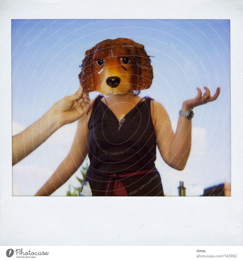 So What ... [La Chamandu] Hand Himmel Freude Hund Zusammensein Polaroid Horizont Kommunizieren Körperhaltung Kleid Maske stoppen Karneval festhalten Balkon Idee