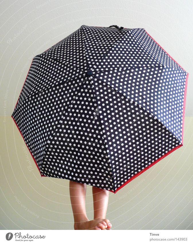 Spielkind 2 Kind weiß blau rot Freude Fuß Beine Haut Stern (Symbol) Regenschirm Punkt Stoff Tapete verstecken Zehen bedecken