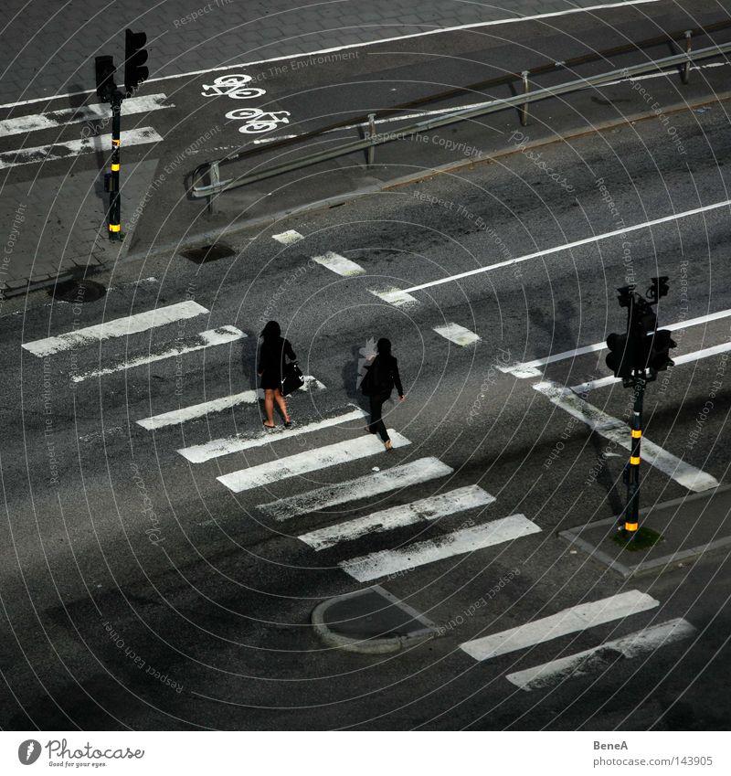 Stars on Stripes? Frau Mensch weiß Stadt Straße grau Wege & Pfade Linie gehen Schilder & Markierungen Beton Spaziergang Asphalt stoppen Spuren Streifen
