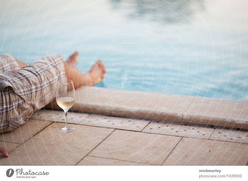 Relaxen am Pool Alkohol Wein Glas harmonisch Wohlgefühl Zufriedenheit Sinnesorgane Erholung ruhig Ferien & Urlaub & Reisen Tourismus Freiheit Sommerurlaub