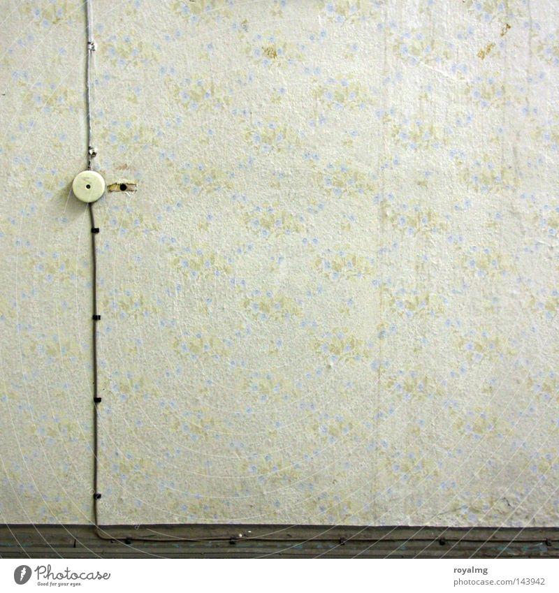 Opa war kein Elektriker verschönern Elektrizität Licht Leitung Langzeitbelichtung Tapete Blume Blümchentapete Lichtschalter Schalter Holzleiste Wand Osten