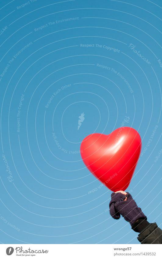 Herz zeigen! Mensch Himmel blau Hand rot schwarz Erwachsene Liebe Gefühle Glück Arme 45-60 Jahre Lebensfreude Luftballon