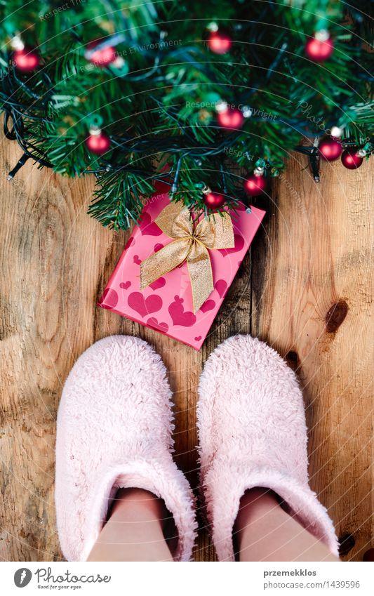 Kind, das unten Geschenk unter Weihnachtsbaum betrachtet Dekoration & Verzierung Weihnachten & Advent Mensch Fuß Baum Holz Tradition Gast Dezember Etage
