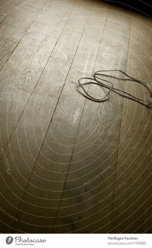 Ein Kabel, ein Boden Schatten durchsichtig Elektrisches Gerät Parkett Maserung Holzstruktur Holzbrett Holzfußboden Fuge leer Innenaufnahme Lomografie Elektronik