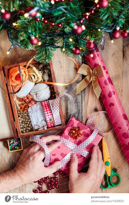 Mann Weihnachten & Advent Baum Hand Erwachsene Holz Dekoration & Verzierung Geschenk Papier Schnur Tradition Handwerk heimwärts Kiefer vertikal Accessoire