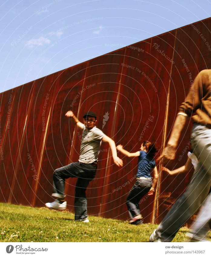 BLN | WIR HABEN GRUND ZUR FREUDE Mensch Frau Himmel Mann Ferien & Urlaub & Reisen Sommer Freude Wolken Erholung Wand Spielen Freiheit Bewegung Gras springen Menschengruppe