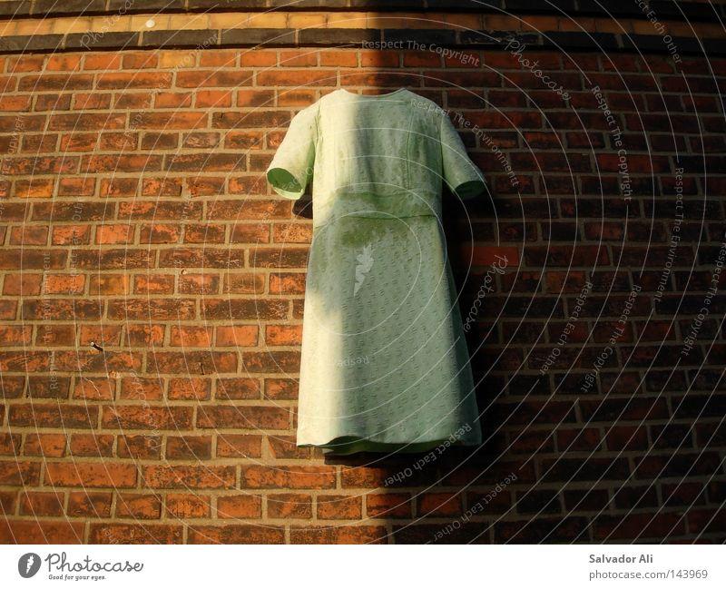 Mein letztes Hemd weiß Stein Wand Kunst Backstein Licht Schatten Physik dunkel Inszenierung Textilien Kunsthandwerk modern Kultur Wärme jekyll hyde