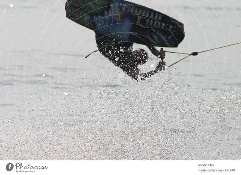 hoch hinaus 02 Salto Gegenlicht Extremsport Wasser Kraft Wakesurfing