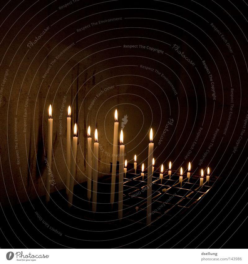 Brennende Kerzen im dunkeln Religion & Glaube Kirche kalt Feuer Flamme Licht Wärme Anleitung Bibel Katholizismus Protestantismus Gebet Gottesdienst Trauer nah