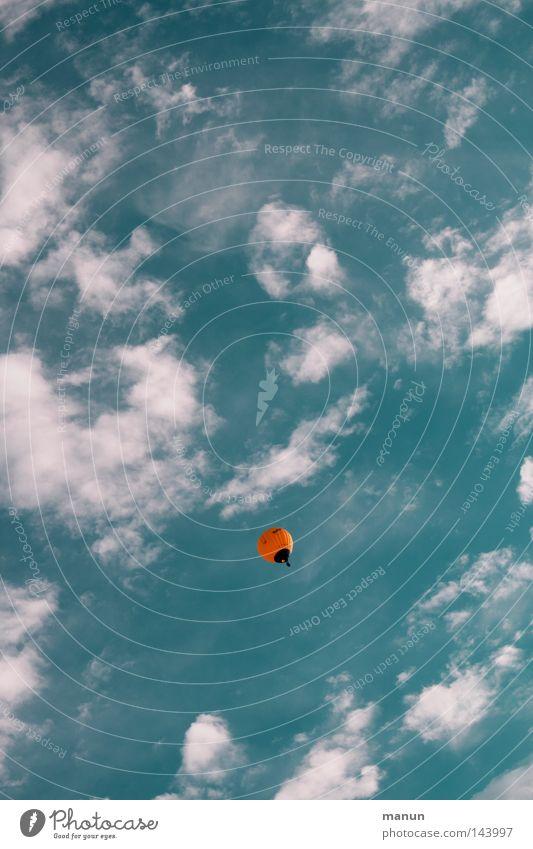 frei sein Himmel weiß Baum grün blau Freude Ferien & Urlaub & Reisen Blatt Wolken gelb oben Freiheit Wärme Luft orange hoch