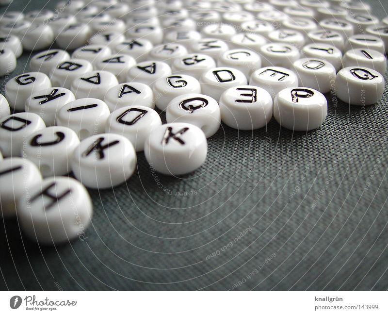 Alphabet Lateinisches Alphabet Buchstaben Großbuchstabe weiß schwarz grau rund Perle Wort schreiben Gedanke Schriftzeichen obskur Letter Buchstabenperlen