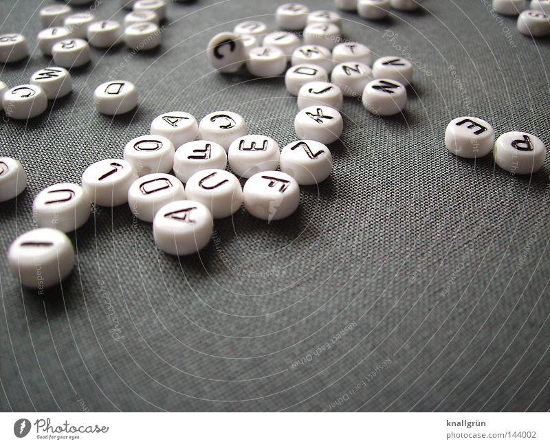 Durcheinander weiß schwarz grau springen Schriftzeichen rund Buchstaben schreiben obskur Wort Gedanke Perle Lateinisches Alphabet Großbuchstabe