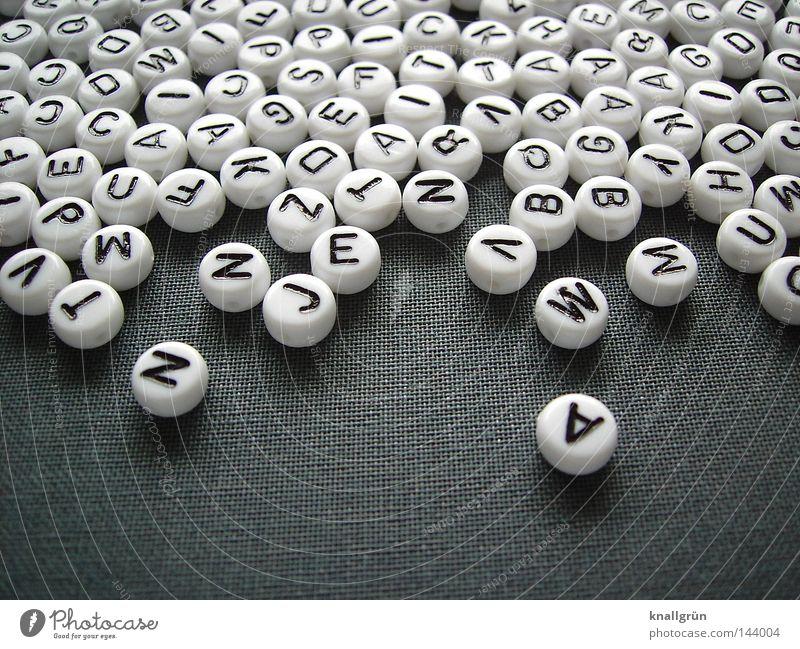 Sprachschatz weiß schwarz grau springen Schriftzeichen rund Buchstaben schreiben obskur Wort Gedanke Perle Lateinisches Alphabet Großbuchstabe
