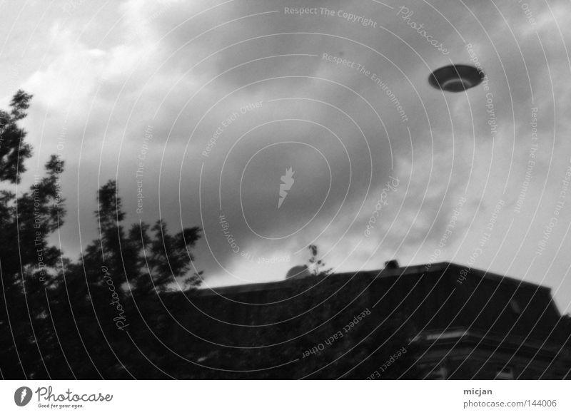 SPOTHNIIN UFO Fremder fremd fliegen Dinge Dach Gebäude Schwarzweißfoto Grauwert Monochrom Himmel Untertasse fremdartig Außerirdischer außerirdisch Blick