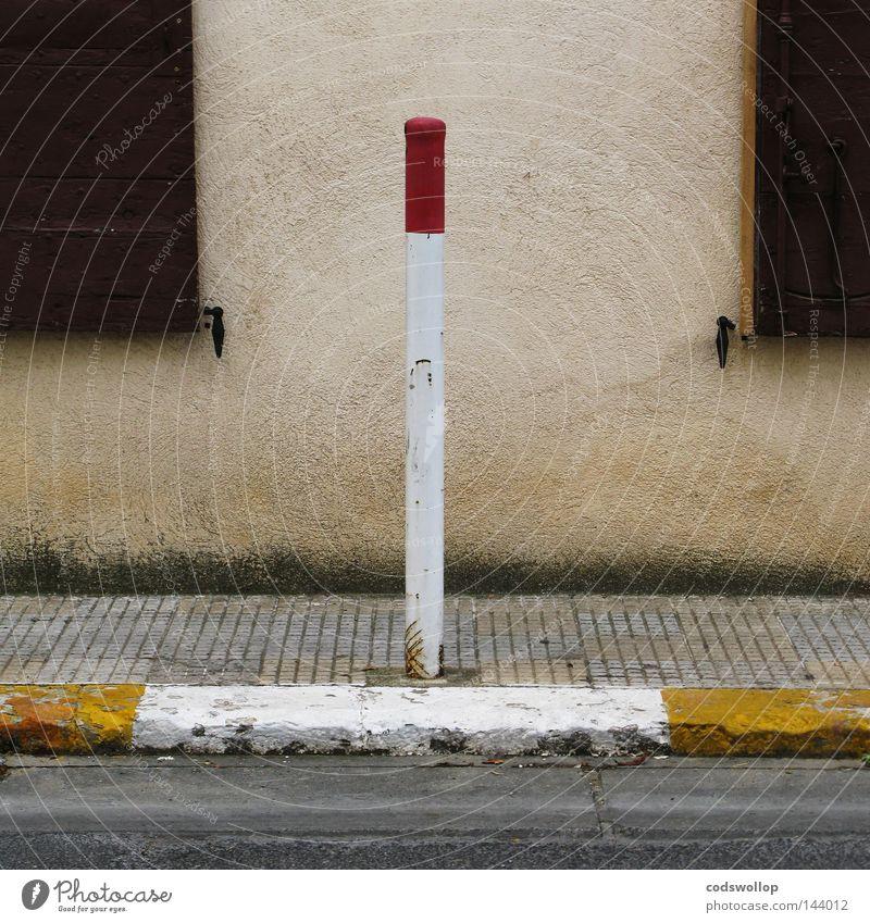 anomalie excentrique Pfosten Straße Fensterladen Straßenbelag Zebrastreifen tragen Verkehr Straßennamenschild Detailaufnahme bürgersteig rot gelb Fußgänger