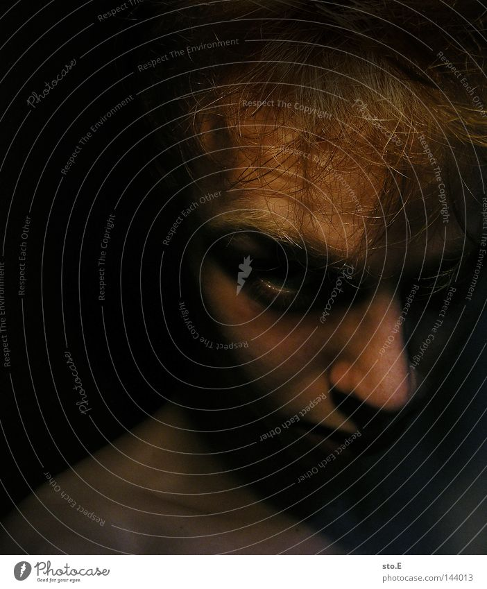 guten morgen. Porträt Mensch Mann Kerl dunkel schwarz Licht Beleuchtung erleuchten Schatten verdunkeln grimmig Augenbraue Haare & Frisuren Wut Schock Falte
