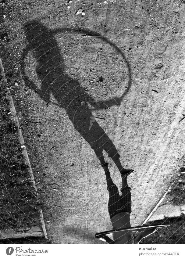 Hulahup Kreis Ring Sechziger Jahre Hüfte kreisen Schwung Kinderspiel Schatten Wege & Pfade Licht schön Fitness Mädchen rosa Unterrock Rock 'n' Roll Spielplatz