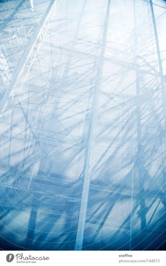 wtf Baugerüst Abdeckung Baustelle Sanieren Renovieren Modernisierung Haus Christliches Kreuz Licht Schatten chaotisch durcheinander Detailaufnahme
