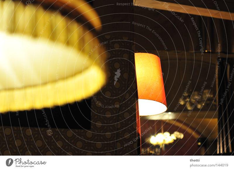 Wo Licht ist, ist auch.... Lampe Stehlampe Gastronomie Club Wohnzimmer Freizeit & Hobby Beleuchtung Lichtschein Kneipe Innenaum Stimmung
