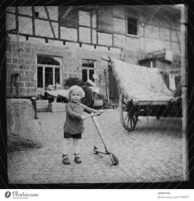 Fotoreisen in die Vergangenheit II negativ Mittelformat historisch Vorfahren Zeit Bauernhof Pferdekutsche Kind vergangen Erinnerung unschuldig finden Gefühle