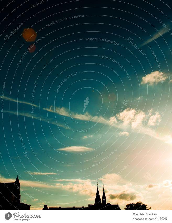 Augenblick Sommer Stadt Gebäude Wolken schwarz Ferne Schleier Luftverkehr Flugzeug Kollision Physik Balkon Farbverlauf Kondensstreifen Arnsberg Sauerland Freude