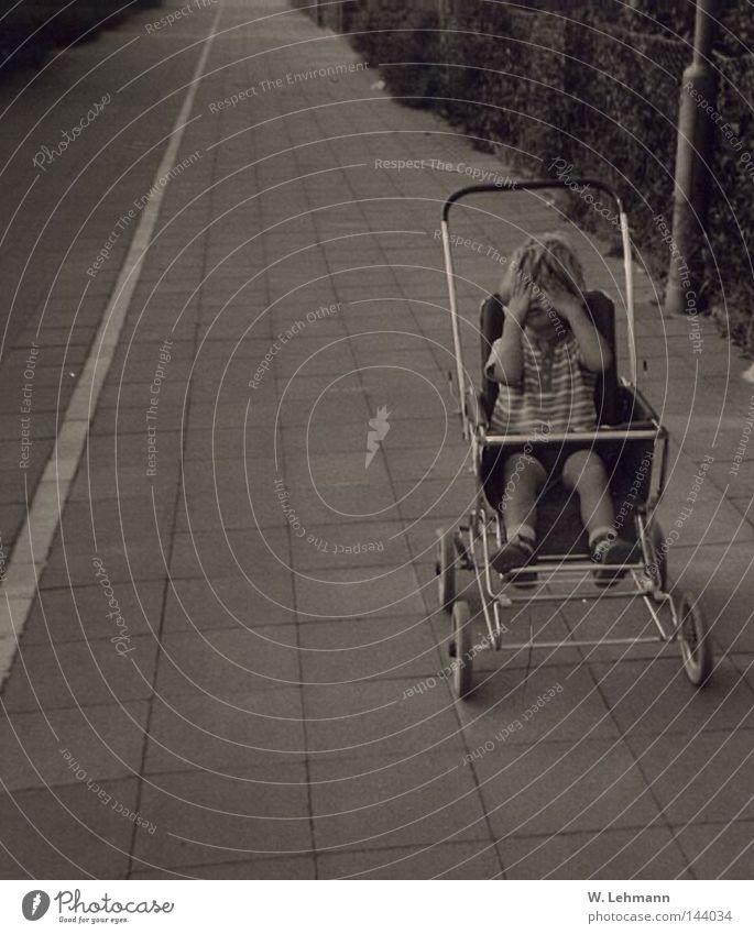 Oldies 2 Kind Traurigkeit Streifen einzeln Bürgersteig Shorts weinen Kinderwagen meckern Schlechte Laune