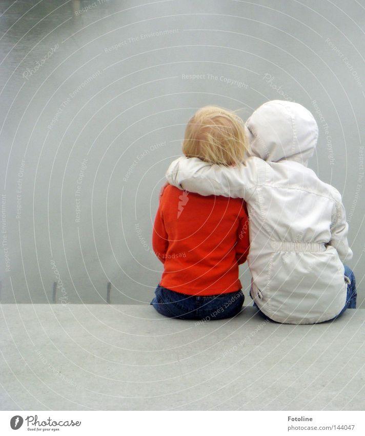 Freunde: durch dick und dünn! Wasser Mädchen Freude Kind kalt Haare & Frisuren Freundschaft Nebel Wind Wassertropfen nass sitzen Jeanshose Schutz Stoff Jacke